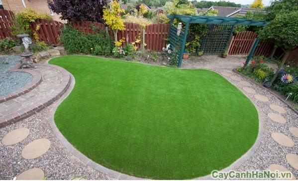 Có thể dùng cỏ nhân tạo làm thảm trong sân nhà