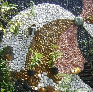 Sỏi màu dùng trang trí cho khu vườn tường đầy màu sắc
