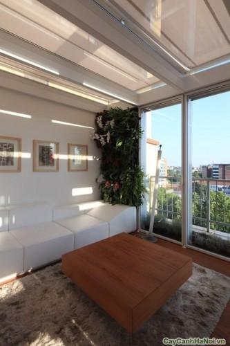 Phòng khách có các cửa sổ nhìn ra thành phố nhộn nhịp nhằm tạo một liên kết mạnh mẽ giữa bên trong và bên ngoài. Đồng thời, khu vườn thẳng đứng là một bức tranh nho nhỏ cộng thêm một chút khoan khoái và thân thiện cho không gian.